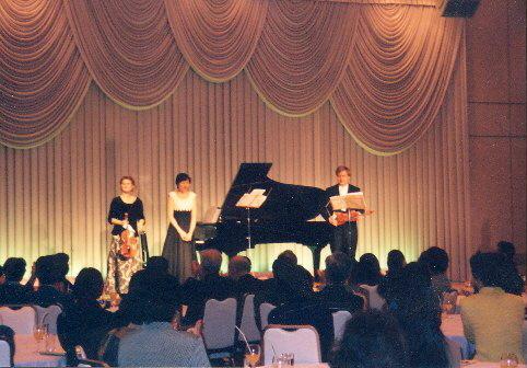 Na japonském turné v tokijské Nikkei Hall, 1998