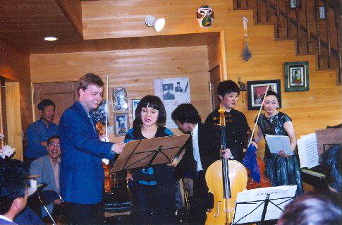 Se členy Nagojské filharmonie na domácím koncertě v Cukude, Japonsko, 1999