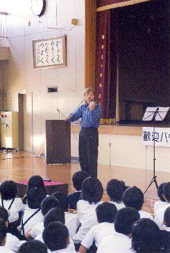Houslista Pavel Eret hraje pro dětské publikum, 2000