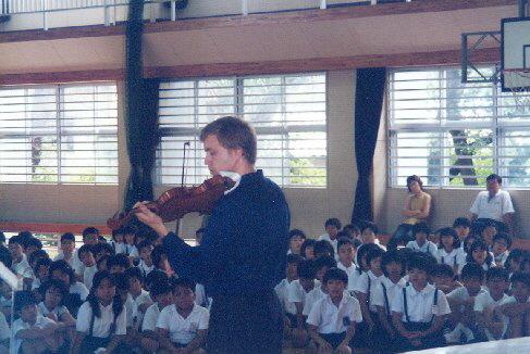 Žáci se při koncertě Pavla Ereta soustředili, 2000