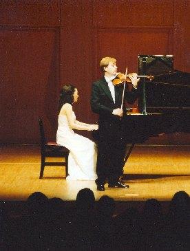 Houslový virtuos Pavel Eret s klavíristkou Emiko Morimoto, 2001