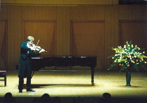 Pavel Eret hraje skladbu pro sólové housle
