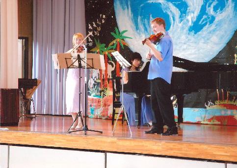 Věra Eretová a Pavel Eret hrají pro japonské studenty,2005