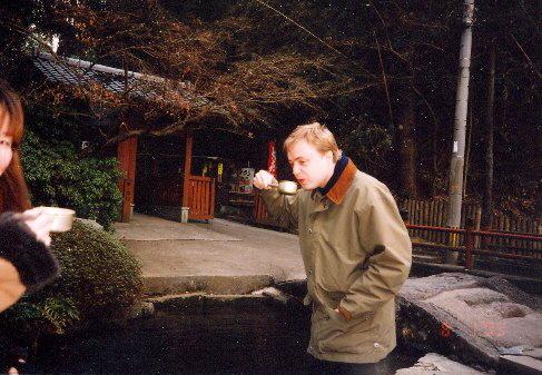 Houslista Pavel Eret v budhistickém chrámu otera, 2000