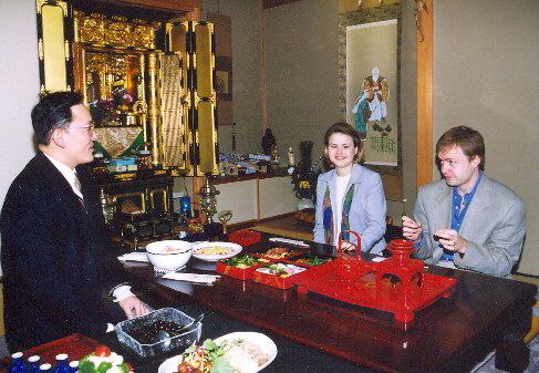 Se svou sestrou Věrou na tradiční novoroční hostině, 2003
